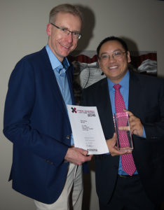 Dr. Alex Huang receives the Xtreme Research Award 2016 from Dr. Kester Nahen, Managing Director of Heidelberg Engineering.